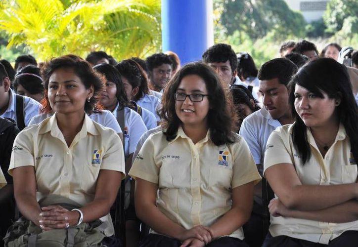 Son mil 864 alumnos los que tienen la opción de renovar sus becas. (Foto: Redacción)