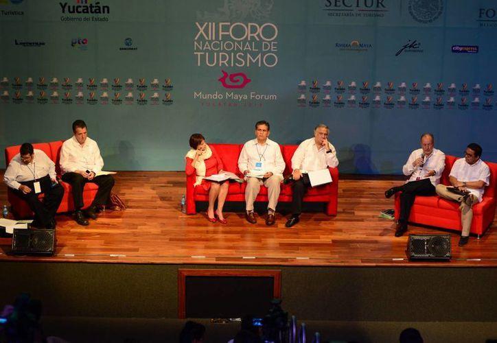 En el foro, los expertos analizaron propuestas para atraer turistas. (Luis Pérez/SIPSE)