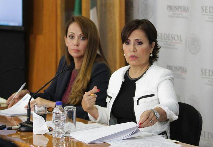 La coordinadora nacional de Prospera, Paula Hernández Olmos y la secretaria de Desarrollo Social, Rosario Robles Berlanga, durante la conferencia de prensa para dar a conocer los cambios del programa Prospera en Oaxaca. (Notimex)