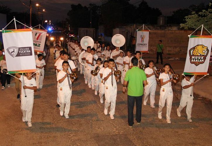 A través de la música de Muuk' Báalam llegó a vecinos de  la colonia Los Reyes el mensaje de prevención del programa gubernamental Escudo Yucatán. (Fotos cortesía)
