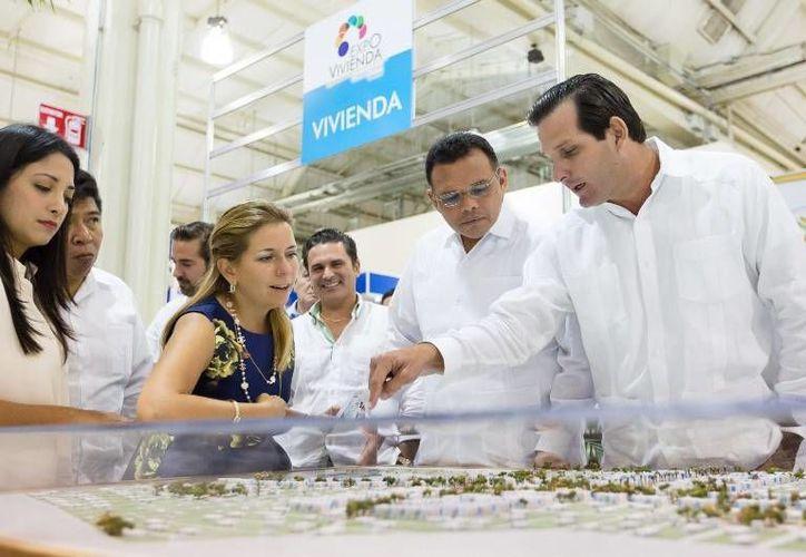 El gobernador Rolando Zapata Bello, quien en la foto aparece durante la inauguración de la 11 edición de la Expo Vivienda Canadevi Yucatán 2015, tiene programado este lunes la presentación del proyecto del Hospital Materno Infantil. (yucatan.gob)