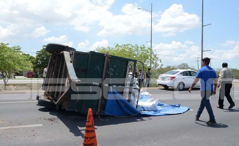 El remolque quedó en medio de los carriles. (Victoria González/ SIPSE)