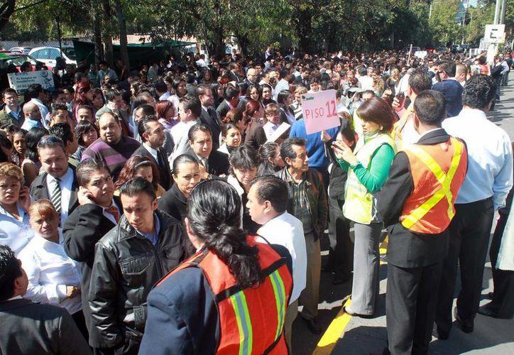 Lo mexicanos están acostumbrados a las alertas y evacuaciones de edificios. (Notimex)