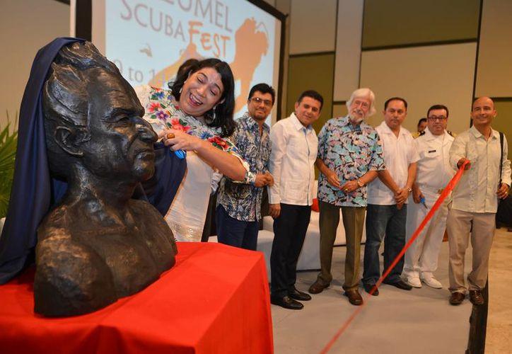 Débora Bravo, hija de Ramón Bravo, develó la escultura. (Gustavo Villegas/SIPSE)