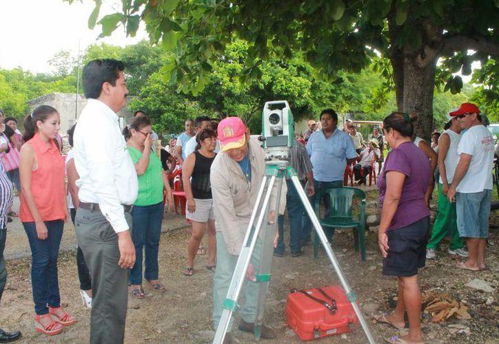 El alcalde Julián Pech supervisó el inicio de la medición de terrenos. (Milenio Novedades)