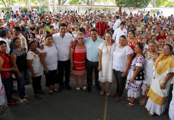 Con su creatividad, las artesanas yucatecas generan valor agregado y mejoran la economía local. Este martes recibieron apoyos del Fonart. (Fotos cortesía del Gobierno estatal)