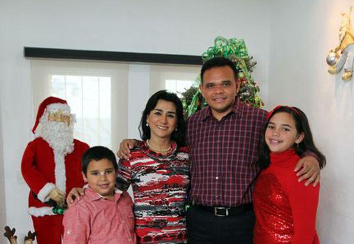 Rolando Zapata Bello aocmpañado de su familia. (Milenio Novedades)