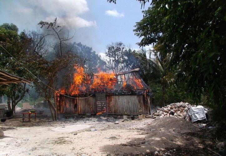 La vivienda de un policía fue consumida por un incendio cuyas causas aún no han sido confirmadas, en Felipe Carrillo Puerto. (Jesús Caamal/SIPSE)