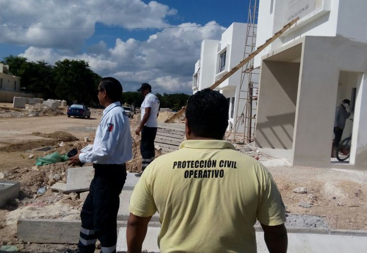 Protección Civil clausuró la obra por no proporcionar equipo de seguridad a los albañiles. (Octavio Martínez/SIPSE)