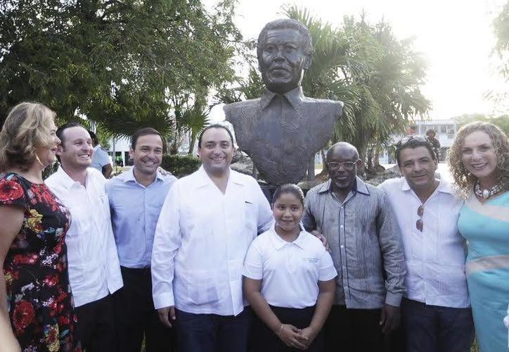 La figura de Nelson Mandela fue develada la tarde de ayer en el corredor cultural de la avenida Tulum. (Redacción/SIPSE)