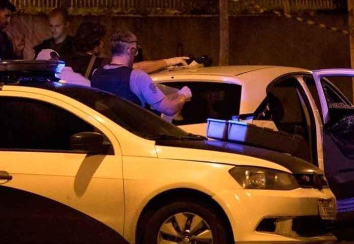 La policía dice que la madre culpó de las muertes a una persona que ella dice se suponía que los cuidase. (Foto: AP)