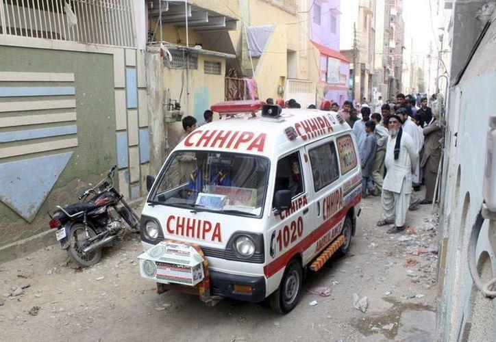 Desconocidos mataron ayer a dos vacunadores contra la polio en Pakistán. Aunque nadie se atribuye este tipo de ataques, todo apunta a que se trata del Talibán, grupo terrorista que considera que las campañas de vacunación son una forma de espionaje de los países occidentales. (Efe)