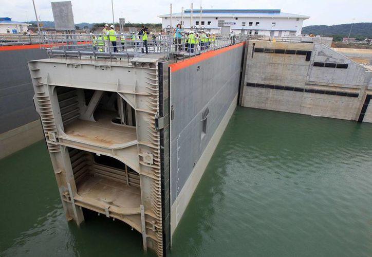 Un grupo de trabajadores son vistos en la esclusa Cocolí, parte del próximo a inaugurar proyecto de ampliación del Canal de Panamá, en Ciudad de Panamá. (Archivo/EFE)