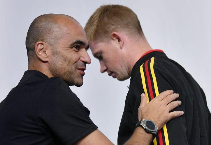 El jovenazo entrenador de Bélgica, Roberto Martínez, con una de sus estrellas, Kevin de Bruyne (Foto AP)
