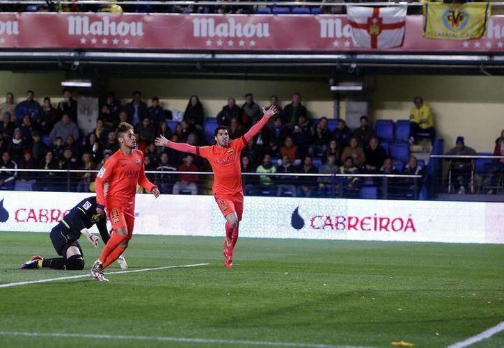 Neymar (segundo desde la izquierda) festeja su gol en partido de Barcelona vs Villarreal en la semifinal de Copa del Rey. El Barza ganó y ahora espera al otro finalista. (Foto: AP)