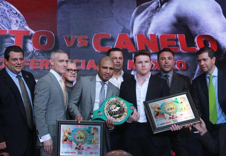 'Junito' Cotto (i) cumplió con el prepesaje de 30 días que pide el CMB. El 21 de noviembre el boxeador de Puerto Rico se enfrentará al mexicano Saúl 'Canelo' Alvarez. (Notimex)