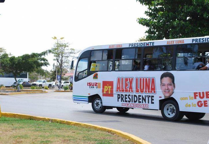 En los camiones del transporte urbano ya es visible la publicidad de precandidatos. (Tomás Álvarez/SIPSE)