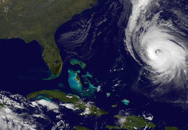Se espera que 'Gonzalo' se debilite cuando llegue a las aguas más frías del Atlántico norte. (AP)