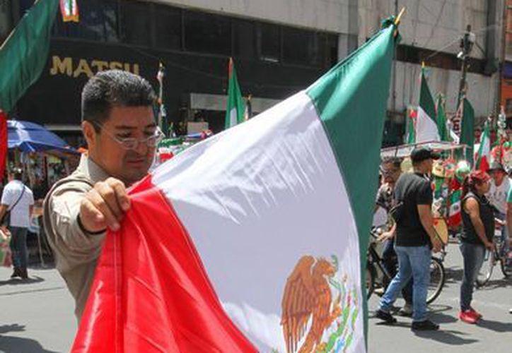 Proponen una sanción de 210 mil pesos a quienes reproduzcan ilícitamente el Escudo, la Bandera, o el Himno Nacionales. (Notimex)