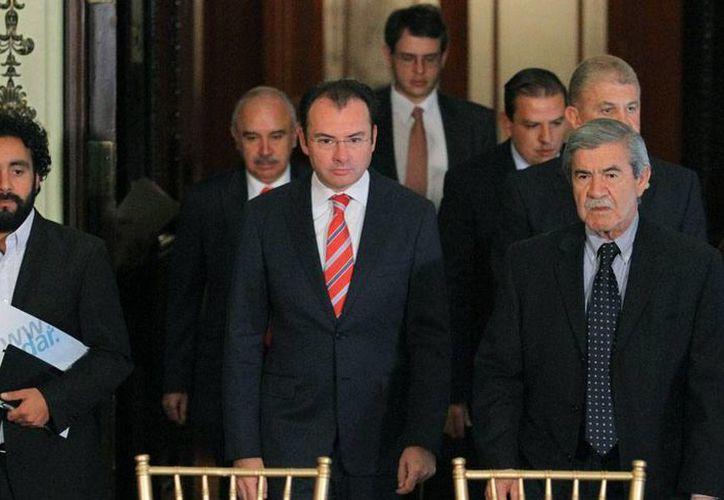 El secretario de Hacienda (al centro), Luis Videgaray, negó que la economía mexicano esté en recesión y aseguró que está generando empleos. (NTX)
