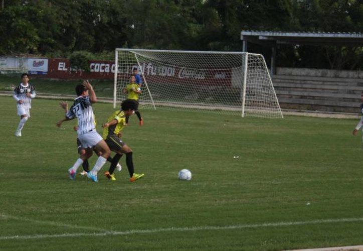 Desafortunado debut en la Liga Premier tuvo el equipo del Colegio de Bachilleres. (Marco Moreno/SIPSE)