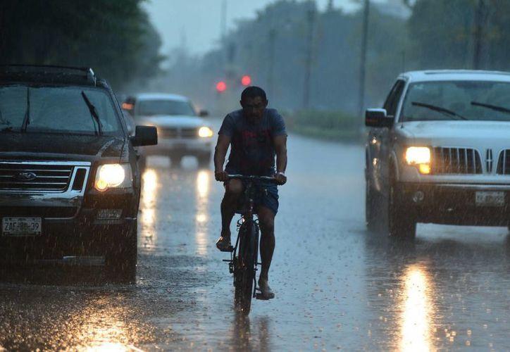 La intensa lluvia de la tarde de ayer martes causó apagones y caos vial en algunas partes de Mérida. (SIPSE)