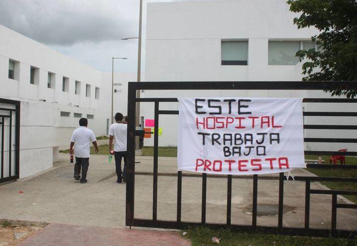 Personal médico del Hospital General de Playa del Carmen mantiene protestas; ahora suman el despido de uno sus colegas. (Daniel Pacheco/SIPSE)