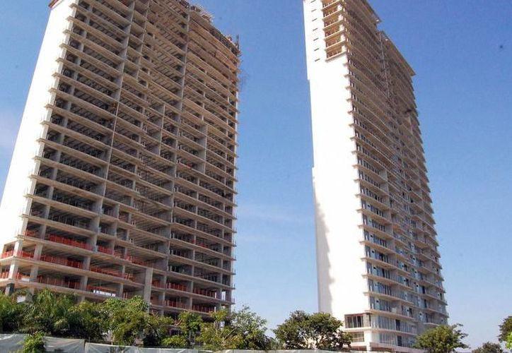 Los edificios altos de la ciudad representan una forma más de hacer visibles los sismos que afecten a la zona. (SIPSE)