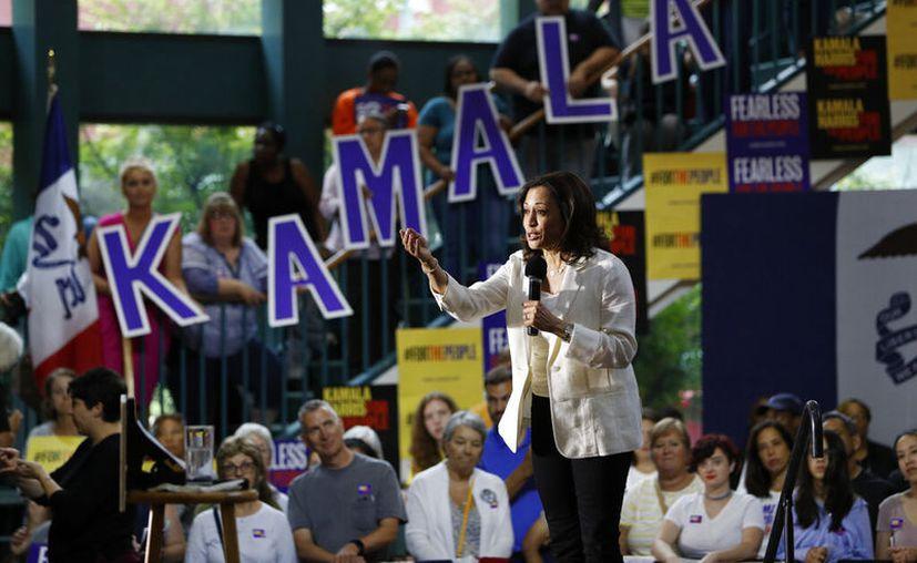 La entonces precandidata presidencial demócrata y senadora por -California Kamala Harris habla durante un acto proselitista en Davenport, Iowa. (AP Foto/John Locher)