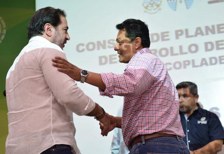 El alcalde Julián Zacarías Curi saluda a Roberto Kumán Be. (Novedades Yucatán)