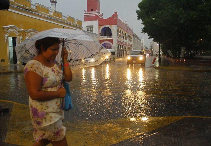 La lluvia incluso oscureció el panorama en el centro de Mérida. (Juan Albornoz/SIPSE)