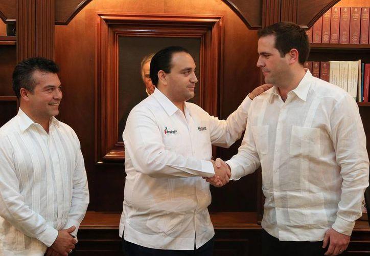 El gobernador felicita la designación de Juan Pablo Guillermo Molina, como titular de Hacienda. Mauricio Góngora, atrás del jefe del Ejecutivo, renunció a  Hacienda para ir por la postulación del PRI a la alcaldía de Solidaridad. (Redacción/SIPSE)