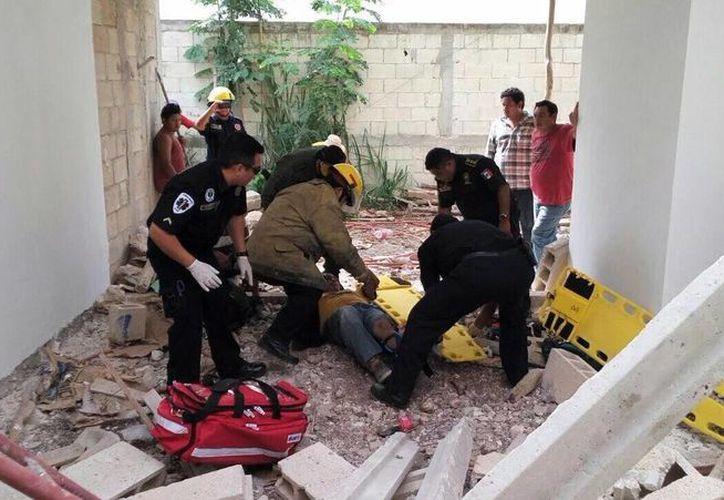 Cuatro alarifes resultaron lesionados al caer de un techo en construcción en una obra en el fraccionamiento Montebello, en el norte de Mérida. (Fotos cortesía de SSP)