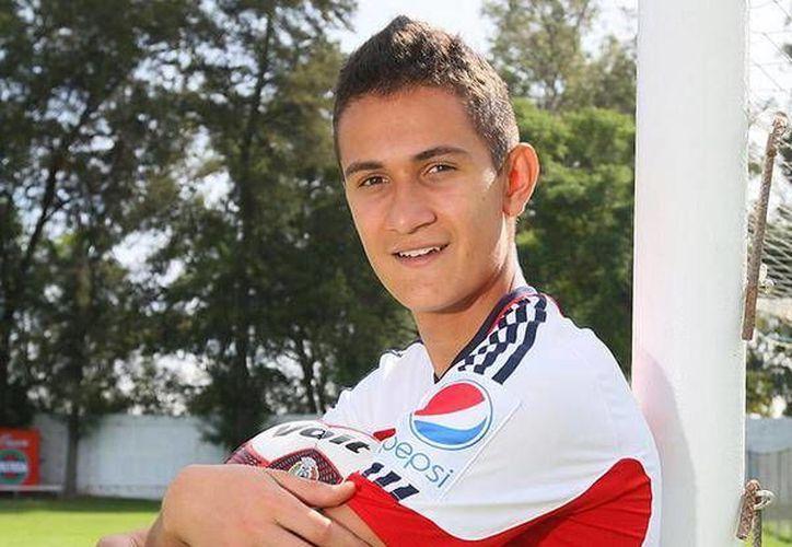 Raúl Gudiño ni siquiera ha debutado profesionalmente en México, pero el Porto ya se hizo de sus servicios. (Foto tomada del Twitter de Chivas)