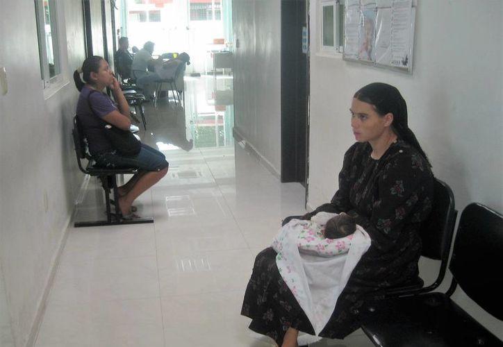 Personal médico y enfermería. En promedio, el trabajador de la SESA, atiende entre 24 a 26 pacientes por turno. (Ángel Castilla/SIPSE)