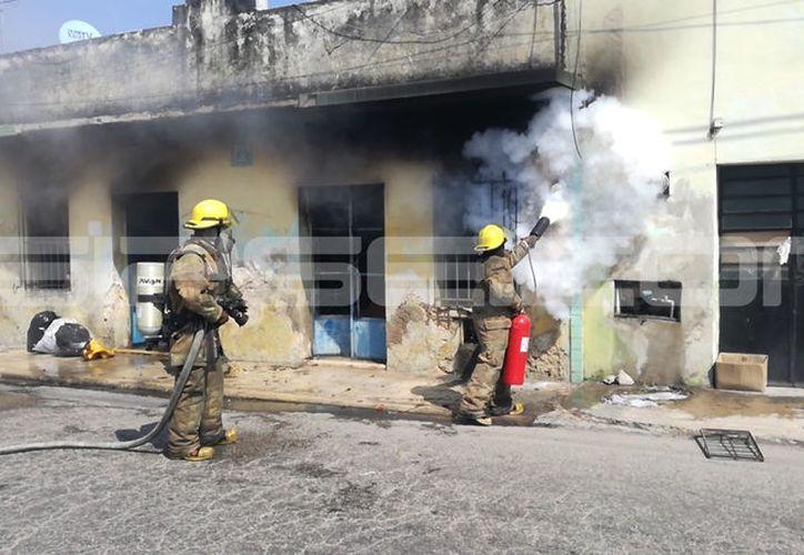 Los bomberos apagaron el siniestro aparentemente provocado por un cortocircuito. (Adán Escamilla/SIPSE)