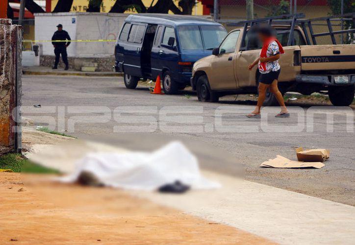 El hombre fallecido se desplomó en plena calle, producto de un ataque epiléptico. (Jorge Pallota/ SIPSE)