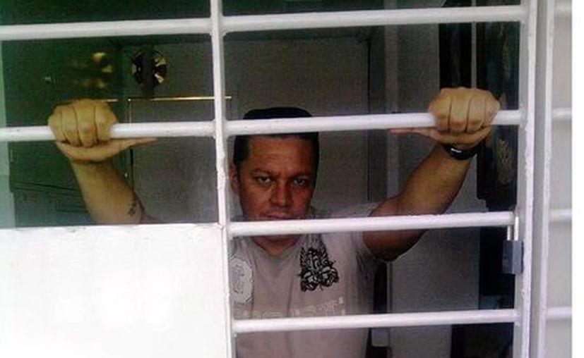 Josmar Flores encabeza la huelga de hambre y exhorta a los internos a rezar. (Reforma)