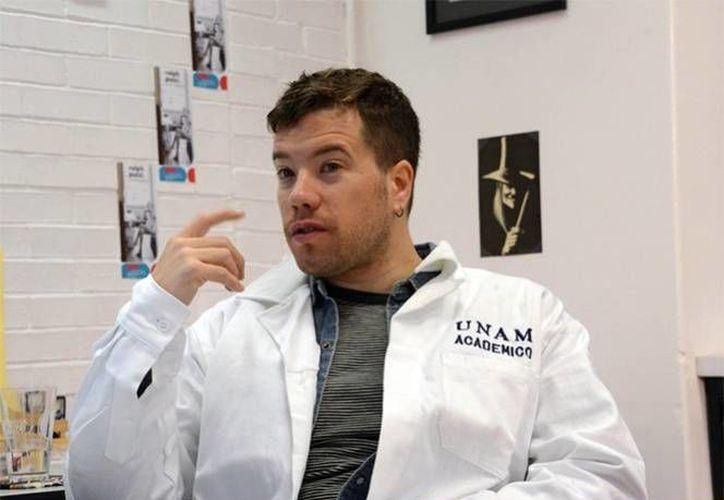 El universitario realizó un estudio para ver la evolución de las bacterias capaces de provocar la muerte a pacientes en terapia intensiva. (DGCS Unam)