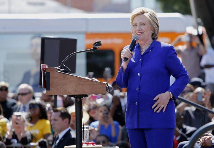 La precandidata demócrata Hillary Clinton habla durante un evento de su campaña el lunes 6 de junio de 2016, en el Parque Liemert de Los Ángeles, California, EU. (EFE)