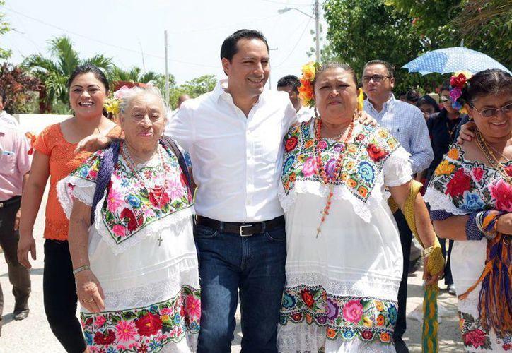 El alcalde de Mérida, Mauricio Vila, dio el banderazo de inicio del programa de repavimentación en Mérida y sus comisarías, en Komchén. (Milenio Novedades)
