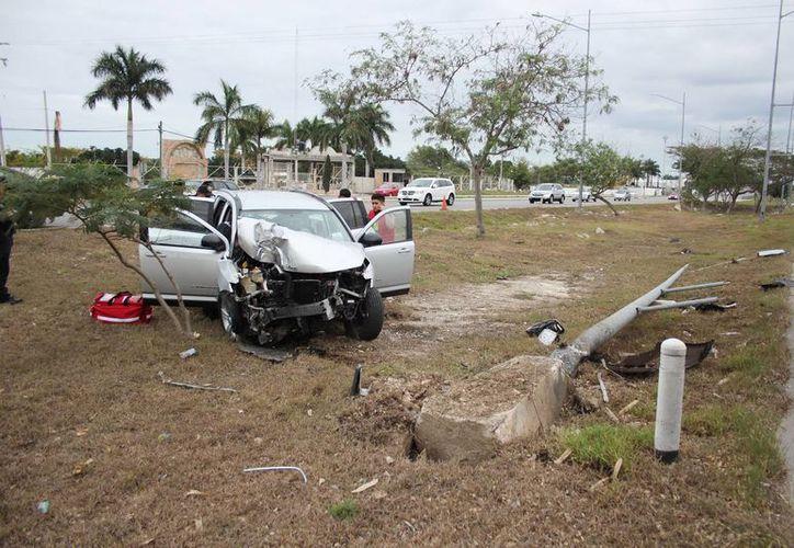 Desbaratada quedó una camioneta Compass que se estrelló contra un poste metálico del anillo periférico. (Milenio Novedades)
