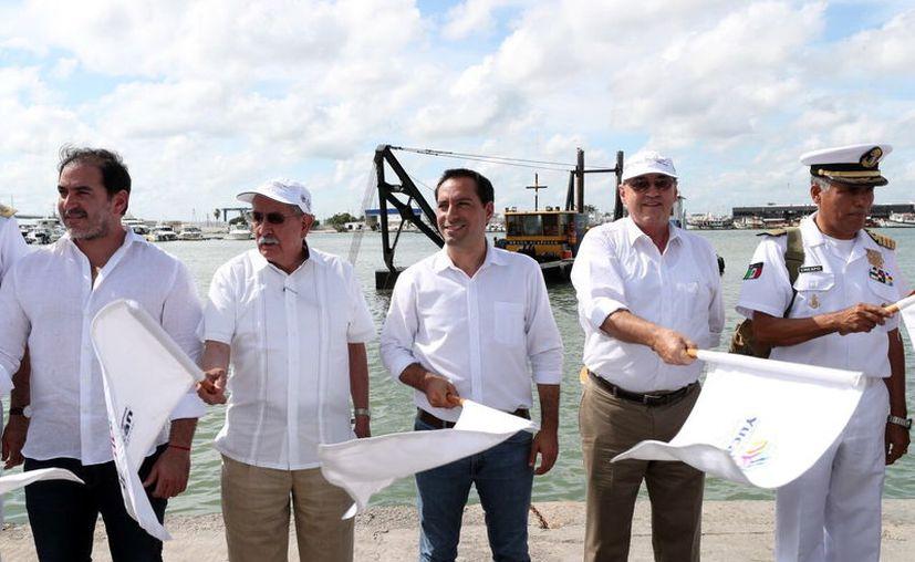 El Gobernador y autoridades federales dieron el banderazo de inicio a las obras en el puerto de abrigo de Yucalpetén. (Novedades Yucatán)