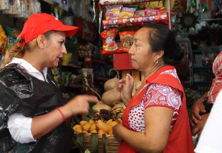 Susana Hurtado en su recorrido por varias colonias de Cancún. (Cortesía/SIPSE)