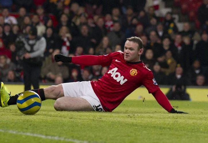 Wayney Rooney firmó un contrato mediante el cual el ManU, según informes, le pagará hasta 300,000 libras (501,000 dólares) semanales. (Agencias)