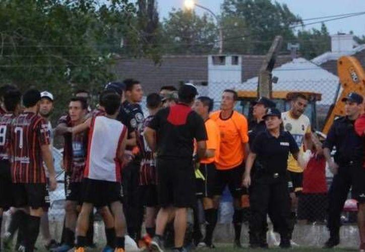 La golpiza contra un árbitro ocurrió en un partido regional argentino, en el estadio de Sarmiento de Ayacucho, unos 300 kilómetros al sur de Buenos Aires. (clarin.com)