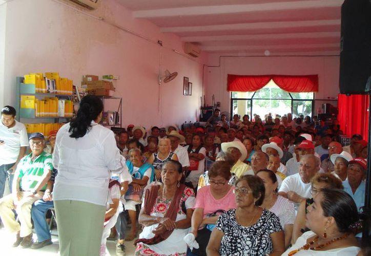 Más de 250 adultos mayores participaron en el inicio del programa, en Tixpéhual. (Cortesía)