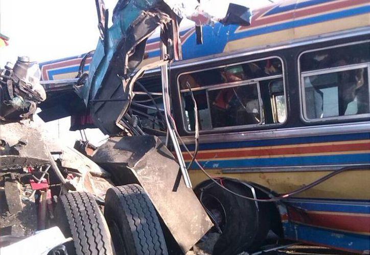 Al menos 50 heridos y 16 fallecidos fue el resultado de un choque de frente entre un vehículo de carga pesada y un transporte público. (@galindojorgemij)