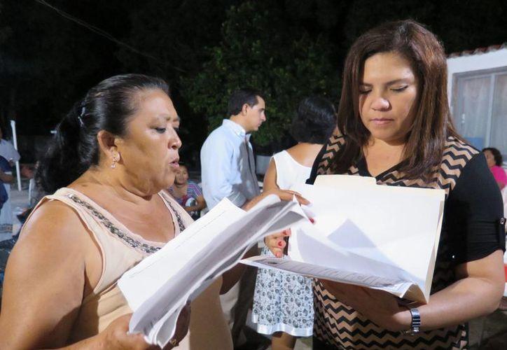 La senadora Rosa Adriana Díaz Lizama atiende peticiones de una vecina de Komchén. (SIPSE)