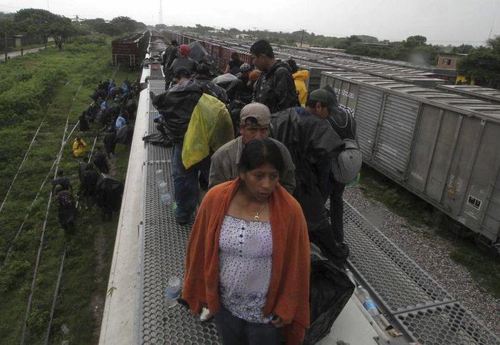 Al año, miles de indocumentados centroamericanos ingresan a México a través de los estados de Chiapas, Campeche, Quintana Roo y Tabasco y continúan su camino hacia EU a bordo del tren 'La Bestia'. (Foto: Archivo/agencias)